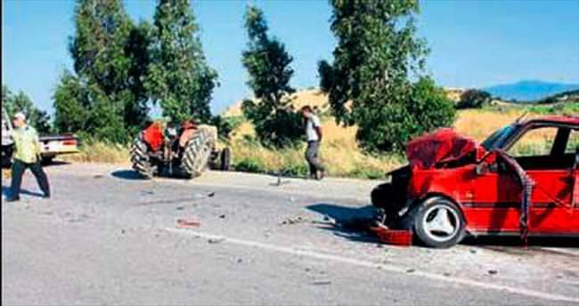 Otomobil traktöre çarptı: 5 kişi yaralı