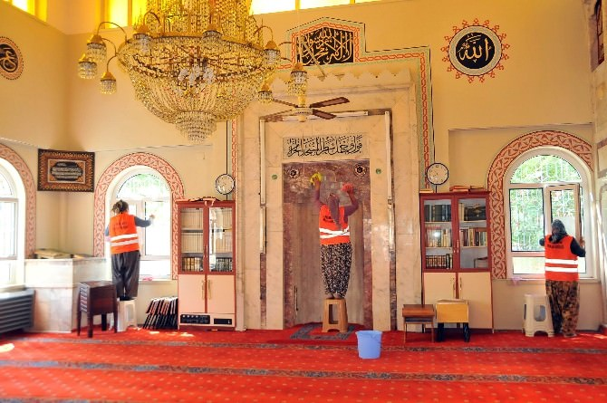 Akşehir Belediyesi'nden Camilere Temizlik