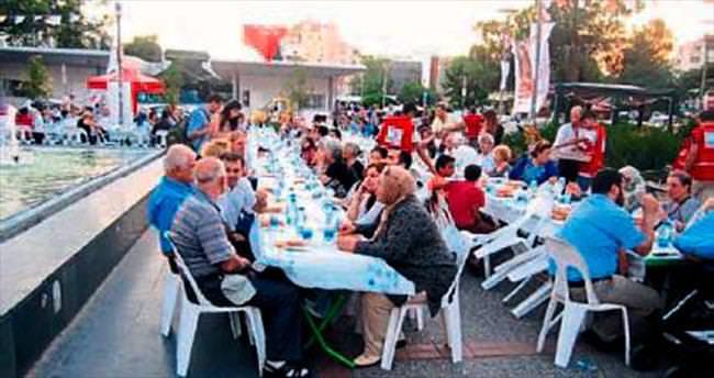 Kızılay 600 kişiye iftar yemeği verdi