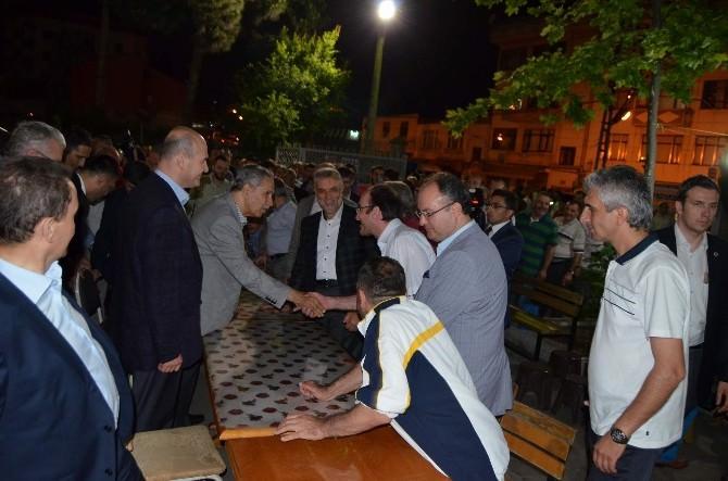 Başbakan Yardımcısı Bülent Arınç Teravih Namazı Sonrası Vatandaşlarla Çay İçti Sohbet Etti