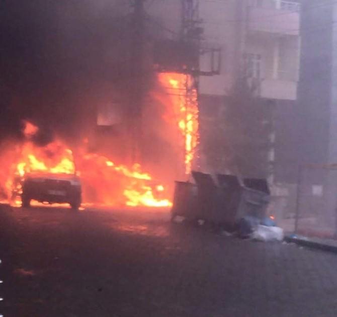 Kızıltepe'de Trafo Yangını İki Aracı Kül Etti