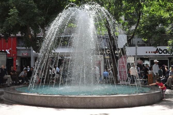 Vatandaş Süs Havuzlarının Kenarında Serinliyor