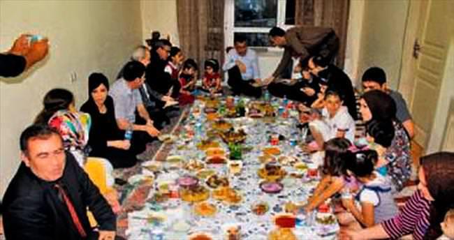 Oktay, Türkmen aileyle iftar yaptı