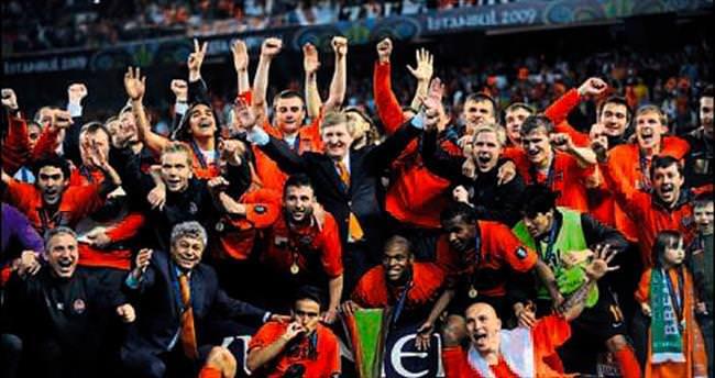 Kadıköy'de UEFA Kupası'nı kaldırdı