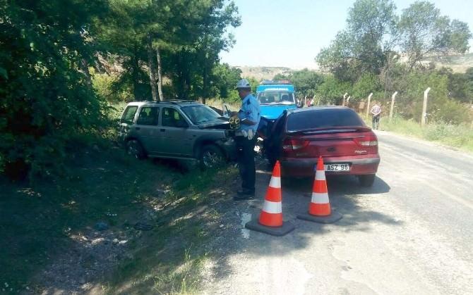2 Otomobil Kafa Kafaya Çarpıştı: 8 Yaralı