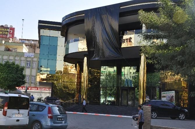 Belediye Binasına Siyah Bez Asıldı