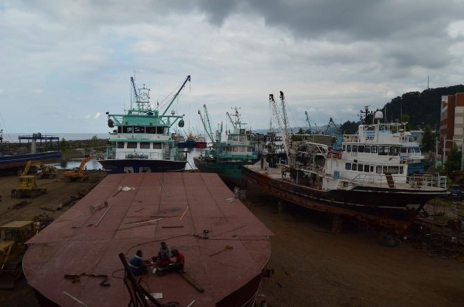 Balıkçı Tekneleri Yeni Sezon İçin Sürmene'deki Tersanelerde Bakıma Alınıyor