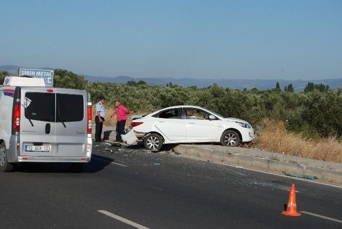Yolda Arızalanan Otomobile Başka Araç Çarptı, 3 Kişi Yaralandı