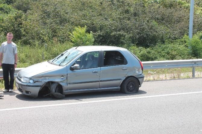 Lastiği Patlayan Otomobil Bariyerlere Çarptı: 5 Yaralı