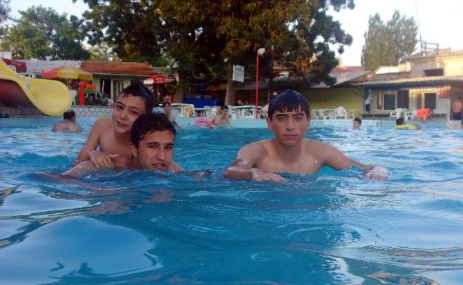 Sıcaktan Bunalanlar Açık Havuzlara Koşuyor