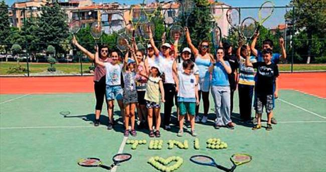 Denizli'de çocuklar tenise merak sardı