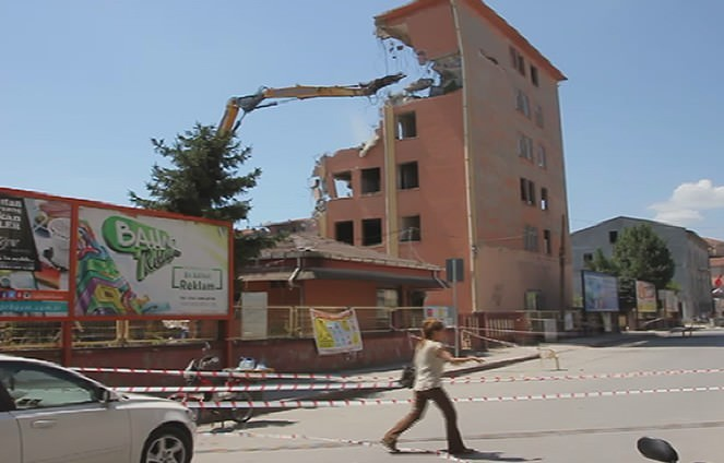 7 Katlı Binanın Yıkımında Vatandaşlar Tehlikeye Aldırış Etmedi