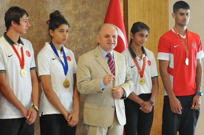 Vali Çakacak'tan Şampiyon Sporculara Ödül
