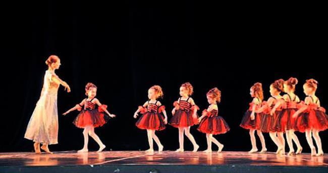 Minik balerinlerden büyüleyen gösteri
