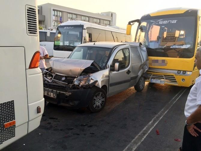 Antalya'da Tur Minibüsü Kırmızı Işıkta Bekleyen Araçlara Çarptı