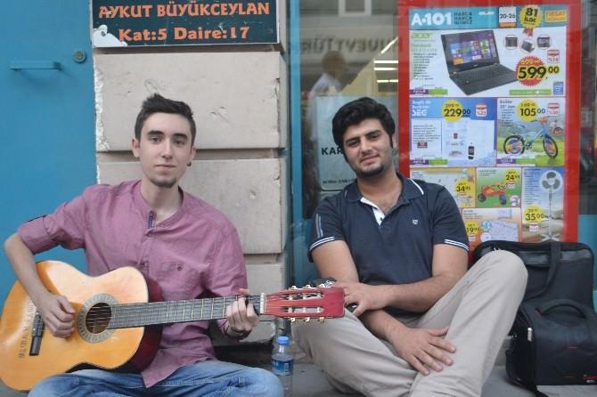 Sokak Çalgıcısı Gençler