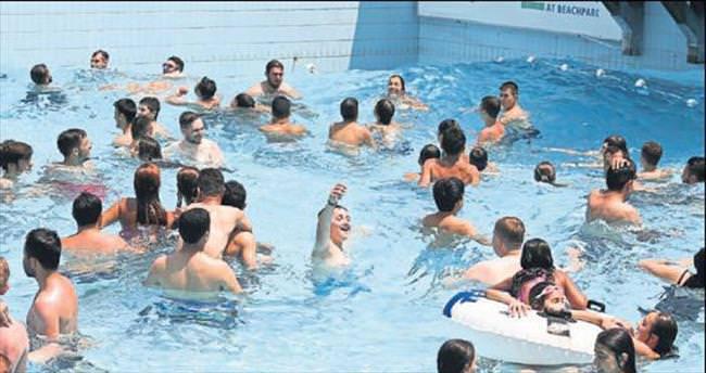 Sıcaktan bunalan havuza koştu