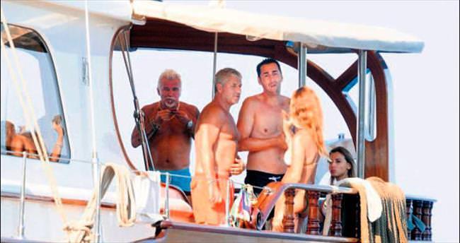 Teknesinde arkadaşlarını ağırladı