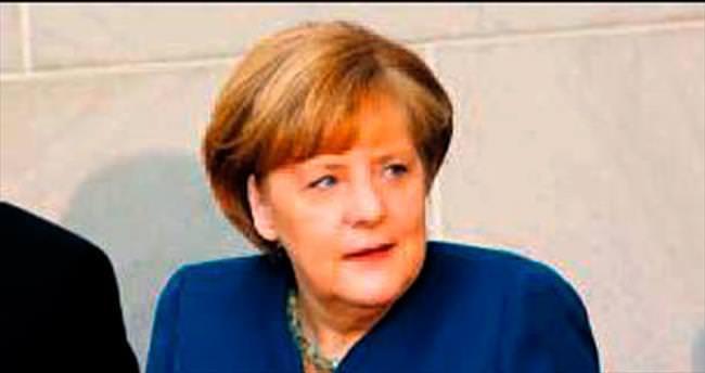 Merkel'in sandalyesi kırıldı yere düştü