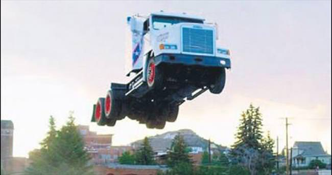 9 tonluk kamyonla 50 metre yükseldi