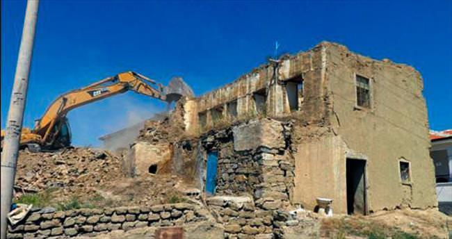 Bala'da deprem hasarlı konutlar yıkılıyor