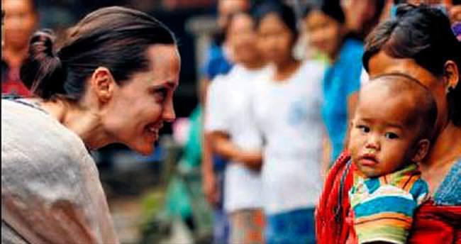 Jolie Myanmarlı kadınları dinledi