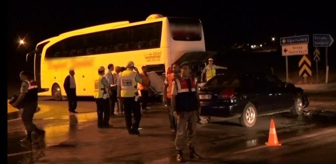 Otomobil Yolcu Otobüsüne Çarptı: 8 Yaralı