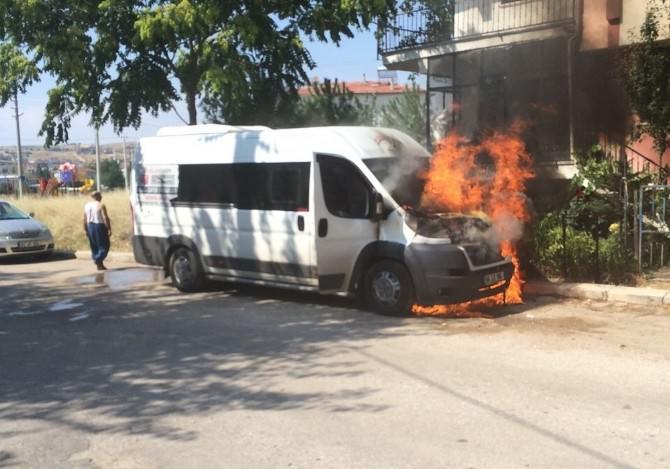 Uşak'ta Park Halindeki Minibüs Yandı