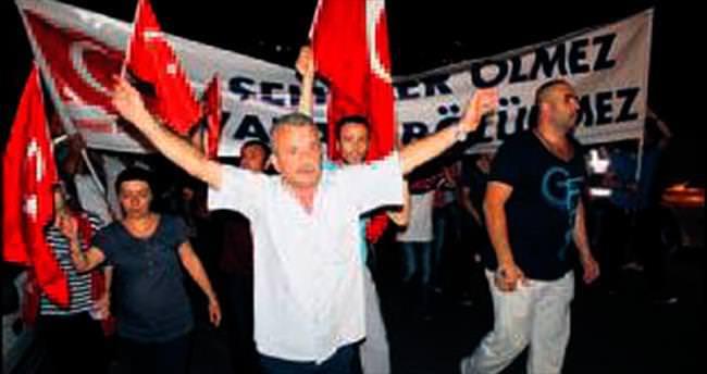 Şehitler için dev bayraklı yürüyüş