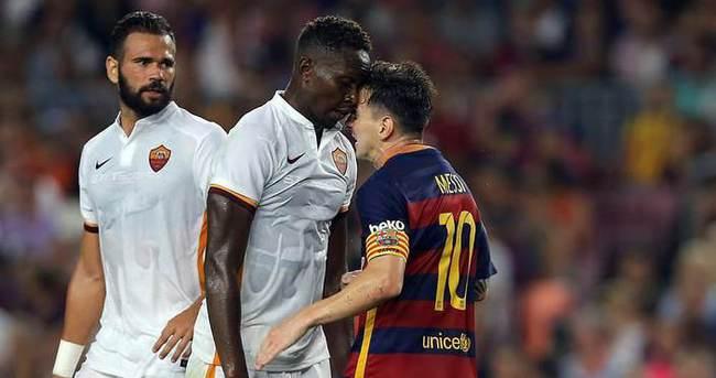 Messi rakibine kafa attı