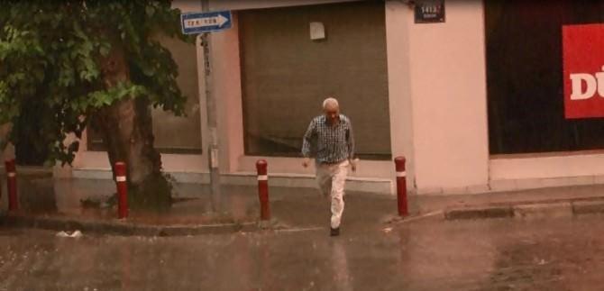 İzmir'de Kavurucu Sıcaklar Yerini Yağmura Bıraktı