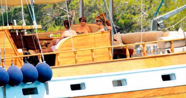 Teknede dostlarıyla stres attı