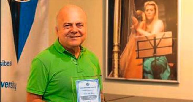 Yaşarlı akademisyene barış sanatçısı ödülü