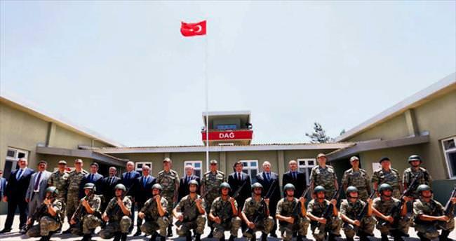 Davutoğlu iki Genelkurmay Başkanı ile Suriye sınırında