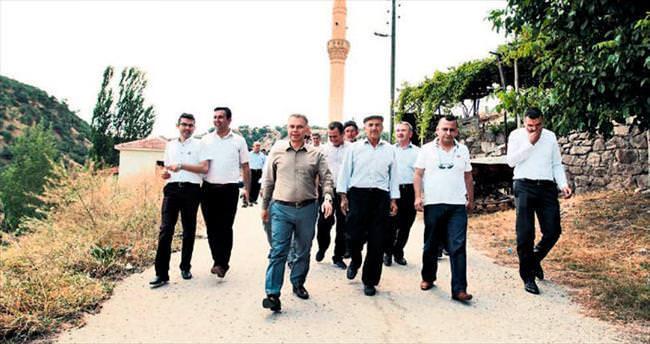 Ertürk mahalleleri gezip, dert dinliyor