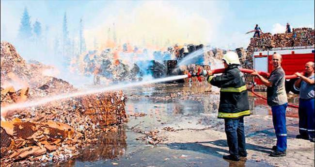 Atık kağıt fabrikası yangını korkuttu