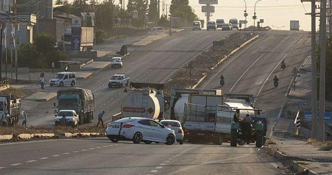 Teröristler karayolunu ulaşıma kapattı