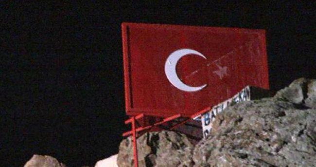 Türk Bayrağı'nın yıldızını söktüler