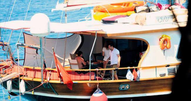 Teknede keyif çatıyorlar