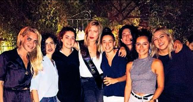 28'inci yaşını dostlarıyla kutladı