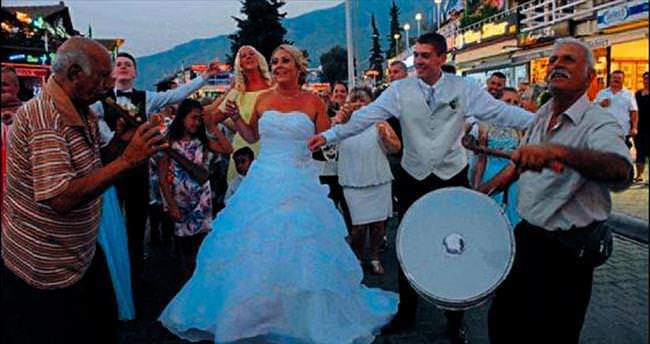 İngilizlerden davullu zurnalı düğün