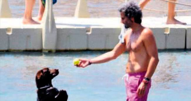 Köpeğiyle hem yüzdü, hem oyunlar oynadı