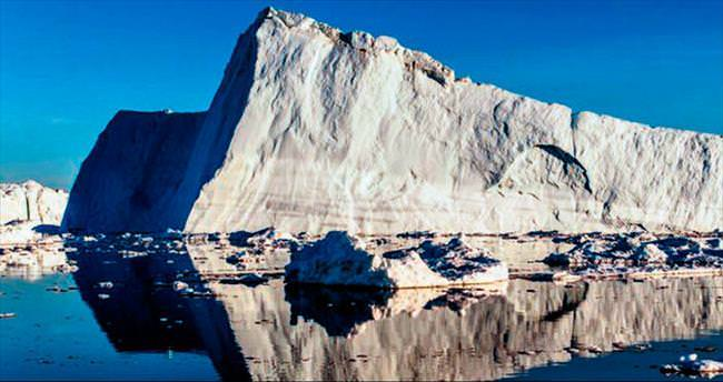 Dev buzuldan kopan parça okyanusa iniyor