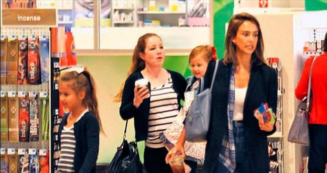 Kızlar alışverişte