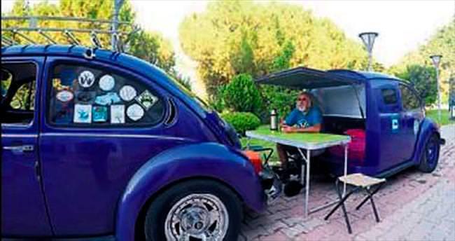 İki Volkswagen'den bir karavan yaptı