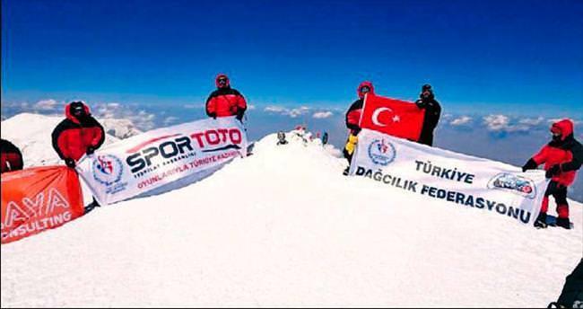 Üç zirvede Türk bayrağı dalgalandı