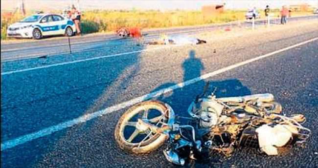 Otomobille, sepetli motosiklet çarpıştı