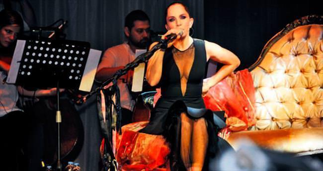 Sertab Erener'in eşi konseri arka sıradan izledi