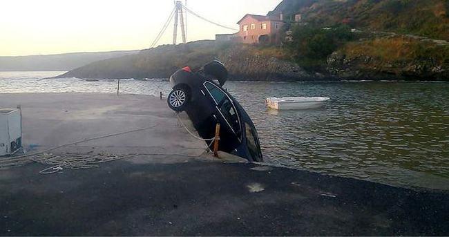 Arkadaşının arabasını denize attı!