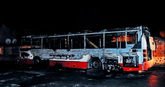 Vandallar otobüse benzin dökerek yaktı